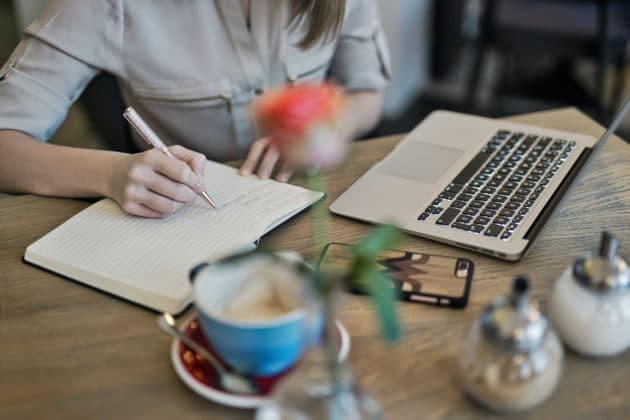content-marketing-desk-laptop-note-work-writing-article-blog