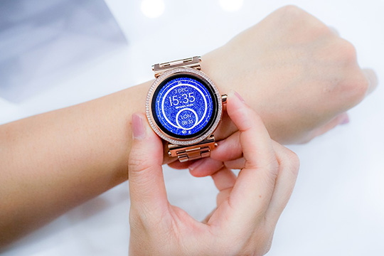 smartwatch-time-clock-wrist-technology-accessory