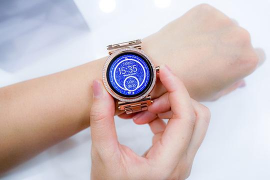 smartwatch-time-clock-wrist-technology-accessory