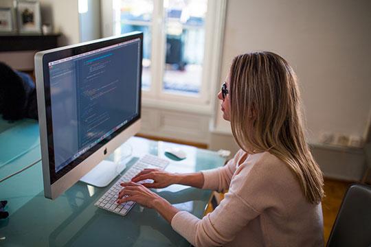 apple-blogging-business-computer-desk-entrepreneur-freelance-marketing-programming-technology