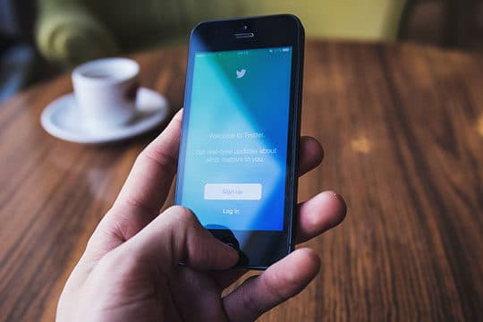 apple iphone smartphone - social media - twitter