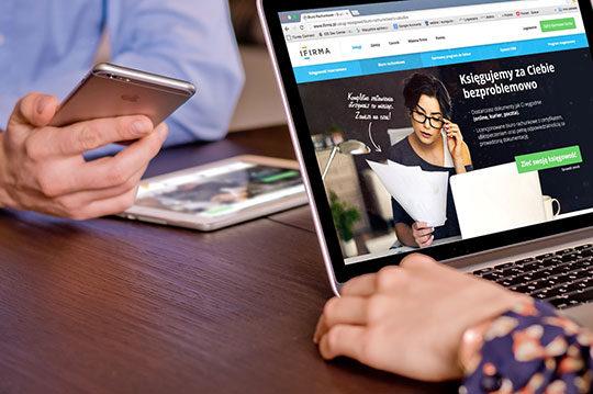 laptop-office-smartphone-tablet-technology-website-work-desk