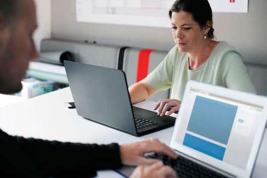 business-desk-employee-office-work-strategy