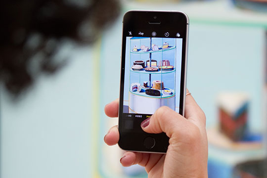 smartphone-photo-technology-ecommerce-mobile-application-Instagram-Content-Apps