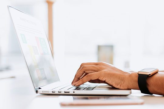 device-laptop-type-work-content-seo-marketing