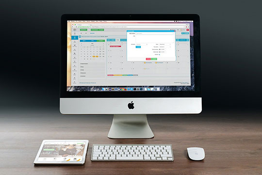 web-apps-vs-cloud-apps-apple-imac-ipad-workplace-freelancer-computer-business-technology-desk