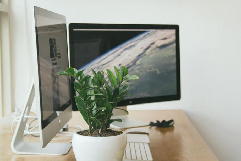 apple-desk-imac-monitors-work-office
