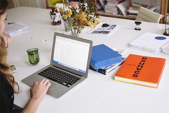 office-work-desk-macbook-apple